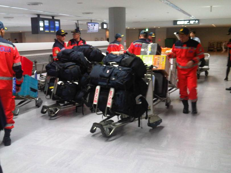 Mongolian_rescue_team_at_narita